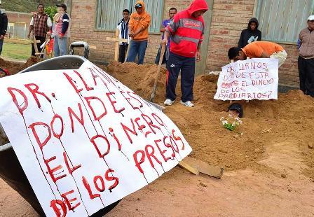 Reos-de-El-Abra-protestan-enterrandose-y-escriben-pancartas-con-su-sangre