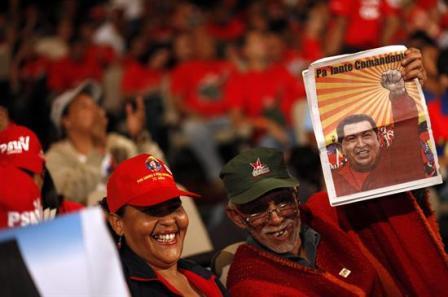 Ministro-venezolano-y-sus-subalternos-asisten-a-misa-por-la-salud-de-Chavez