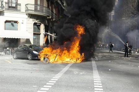 Enfrentamientos-entre-manifestantes-y-policia-en-Barcelona