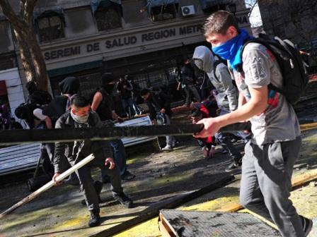 Estudiantes-vuelven-a-enfrentarse-con-la-policia-en-Santiago