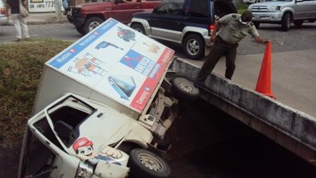Camion-cayo-en-el-canal-de-drenaje-tras-impactar-con-un-jeep