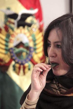 -Acullican--coca-en-la-embajada-boliviana-en-Madrid-para-apoyar-despenalizacion