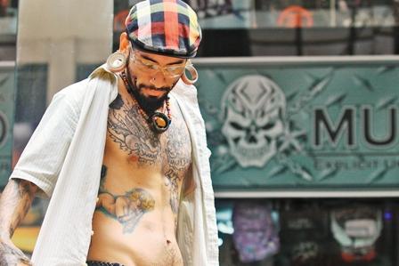 Tatuajes-y-piercing-callejeros,-un-riesgo