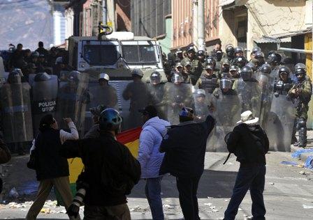 Disturbios-entre-manifestantes-y-policias-deja-seis-heridos-en-La-Paz