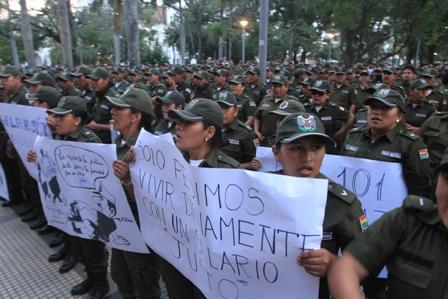 Policias-vuelven-a-marchar-mientras-transcurre-el-dialogo-con-el-Gobierno