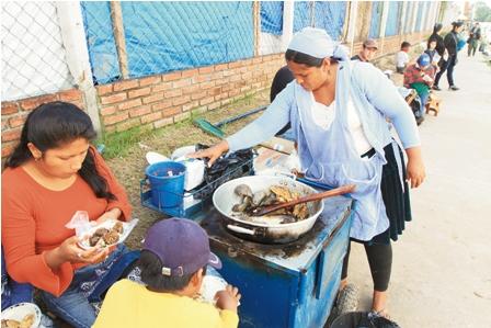 Vendedora de comida se le salen las chichotas - 1 1