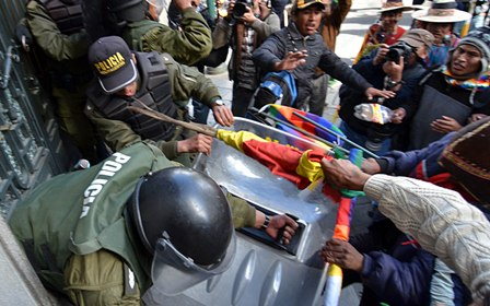 Policia-rompe-cerco-campesino-en-plaza-Murillo-y-Vicepresidencia