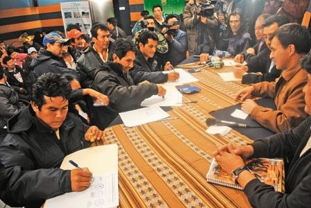 La-consulta-va,-Gobierno-y-sus-afines-firman-acuerdo