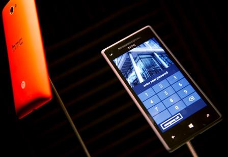 HTC-y-Microsoft-presentan-dos-nuevos-telefonos-moviles-con-Windows-Phone-8