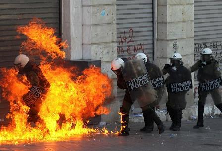 Choques-entre-jovenes-y-policias-durante-las-manifestaciones-en-Atenas