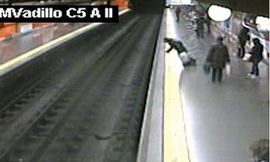 Un-policia-espanol-se-convierte-en-heroe-al-salvar-a-mujer-que-cayo-al-Metro
