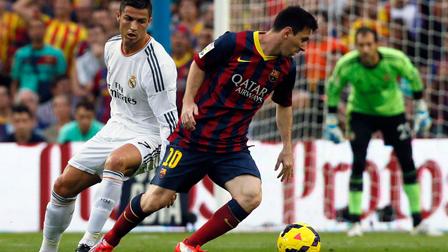 Messi-se-burla-de-Ronaldo-por-su-airado-reclamo-ante-el-arbitro