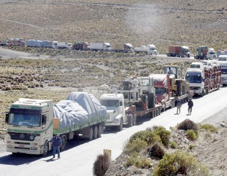 Burocracia-y-bloqueos-aquejan-a-transportistas