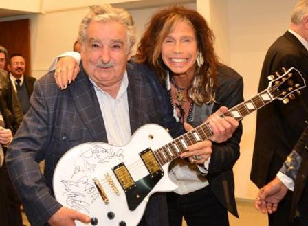 Mujica-subastara-la-guitarra-que-le-obsequio-Aerosmith-para-donar-los-fondos