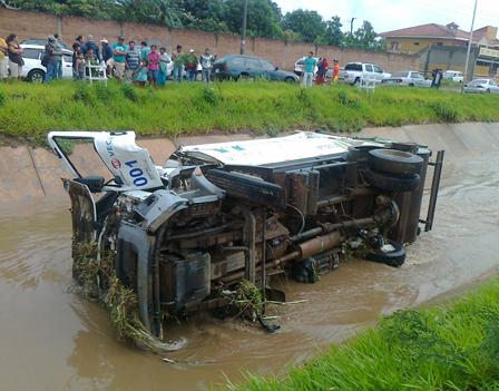 La-lluvia-dejo-un-vehiculo-volteado-y-otros-danos-materiales-sin-victimas