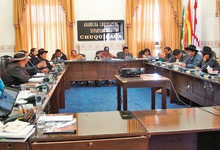 Presenta-su-estatuto-al-Tribunal-Constitucional