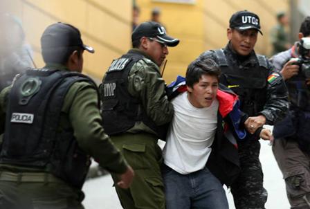 Policia-gasifico-a-ninos-y-adolescentes-que-intentaban-ingresar-a-plaza-Murillo