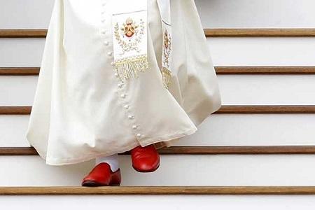 Agradecido-zapatero-mexicano-disena-otros-dos-pares-de-calzado-para-Ratzinger