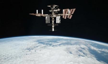 Caminata-repara-fuga-en-estacion-espacial