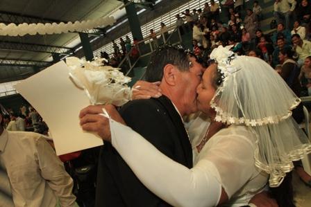 Cientos-de-parejas-se-dieron-el-si-en-el-tercer-matrimonio-colectivo-celebrado-en-Santa-Cruz