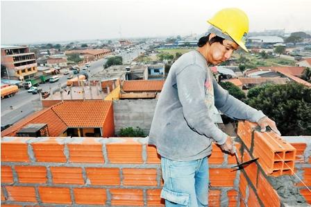 Escasean los alba iles en obras en la urbe pace a - Como colocar ladrillos en una pared ...