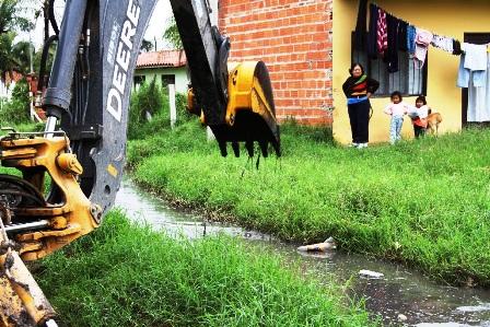 Intervienen-con-maquinarias-barrios-inundados