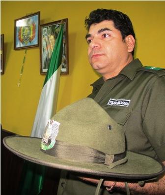 Transito-deja-la-gorra-y-la-reemplaza-por-un-sombrero