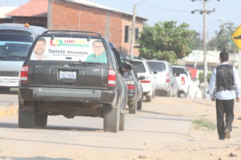 Vehiculos-circulan-aun-sin-autorizacion-en-Santa-Cruz-