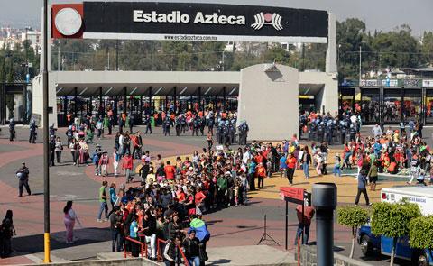 Miles-de-personas-colman-el-Estadio-Azteca-para-despedir-a-Chespirito