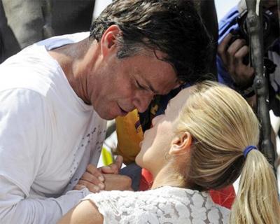 Emotiva-despedida-de-Leopoldo-Lopez-con-su-esposa-antes-de-entregarse