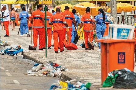 Basureros-de-Rio-trabajan-escoltados