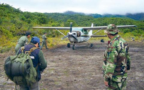 Policia-de-Peru-detiene-avioneta-boliviana-con-325-kilos-de-droga
