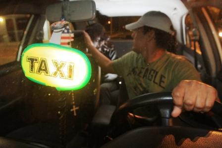 Pasajera-se-lanza-de-taxi-para-evitar-una-violacion