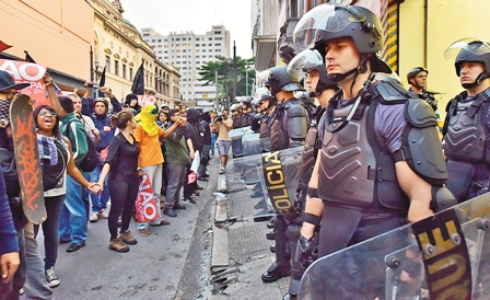 La-Policia-reprime-nueva-protesta-a-horas-del-inicio