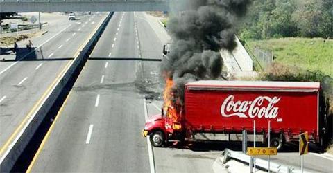 Incendian-cuatro-vehiculos-repartidores-de-Coca-Cola