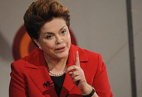 Aplausos-y-piedras:-bano-de-pueblo-forzado-para-Rousseff-en-favela-de-Rio