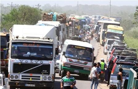 Transportistas-cercan-Santa-Cruz-por-incumplimiento-de-acuerdos-
