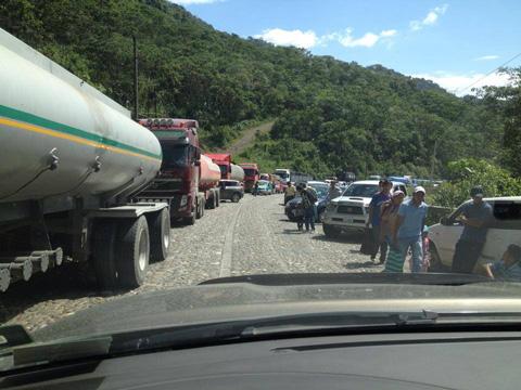 Suspenden-viajes-entre-Cochabamba-y-Santa-Cruz-por-derrumbe-en-El-Sillar-