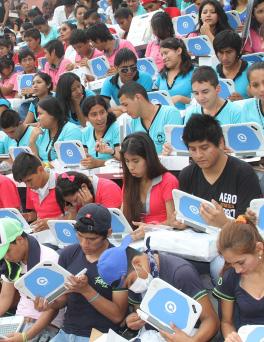 Estudiantes-reciben-computadoras-Quipus