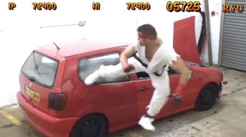 Hombre-destruye-un-auto-imitando-a-Ryu-de-Street-Fighter