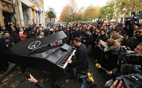Pianista-interpreta---Imagine--afuera-del-teatro-Bataclan-en-honor-a-la-victimas