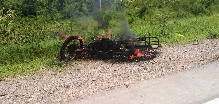 Una-moto-arde-y-conductor-sale-ileso