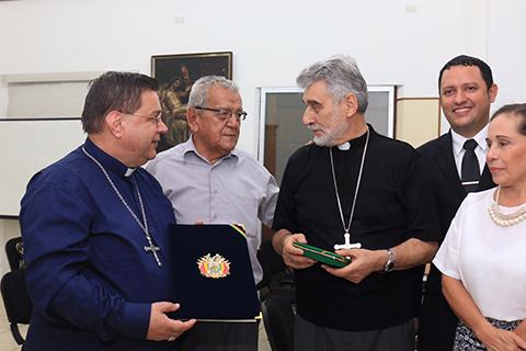 Entregan-distincion-al-cardenal-Julio-Terrazas