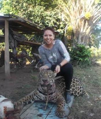 Anuncian-acciones-contra-mujer-que-poso-con-un-leopardo-muerto