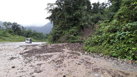 Suspenden-transito-en-carretera-por-derrumbes-en-El-Sillar