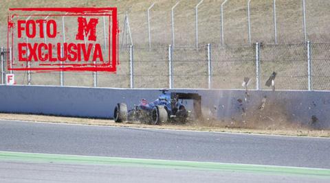 Fernando-Alonso-choca-contra-un-muro-en-Catalunya-