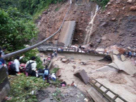 Cede-puente-en-el-Tropico-y-se-suspenden-los-viajes-entre-Cochabamba-y-Santa-Cruz-