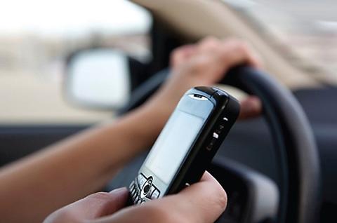 Conductores-que-hablen-por-celular-mientras-conduzcan-pagaran-mas-de-Bs.--800-de-multa-