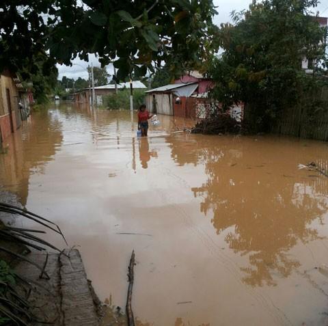Ardua-tarea-de-limpieza-tras-descenso-de-las-aguas-del-rio-Acre-en-Cobija