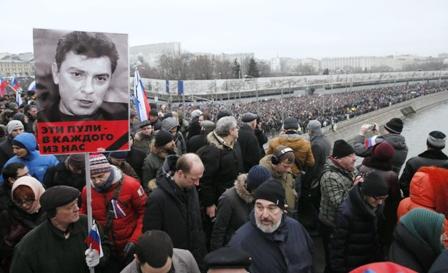 Miles-de-personas-recorren-las-calles-de-Moscu